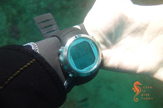 Suunto D6 showing 76.7 metres' depth