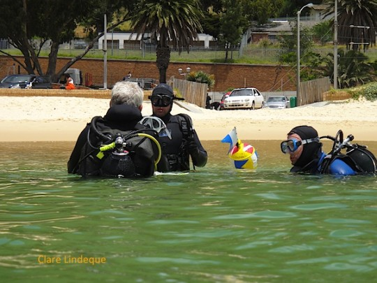Tony chats to Cecil (centre) and Mark before their first Open Water dive (November 2010)